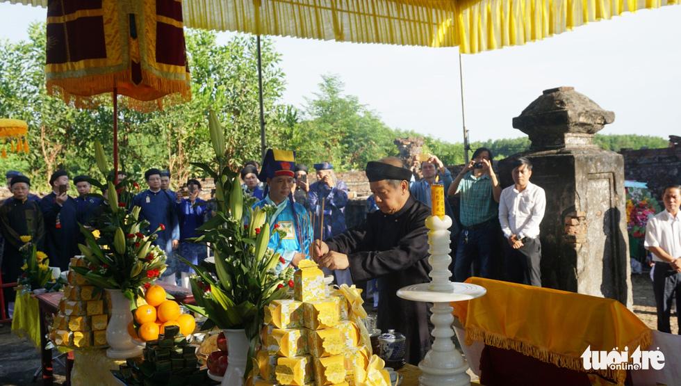 Áo dài diễu phố tri ân chúa Nguyễn Phúc Khoát - Ảnh 2.