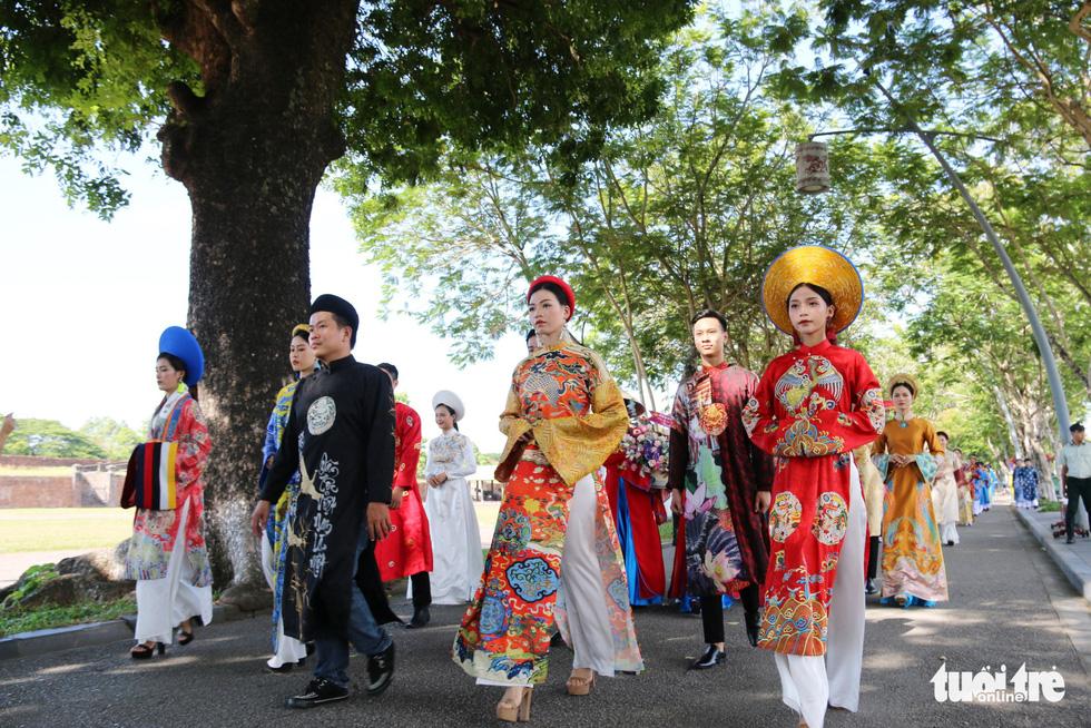 Áo dài diễu phố tri ân chúa Nguyễn Phúc Khoát - Ảnh 4.