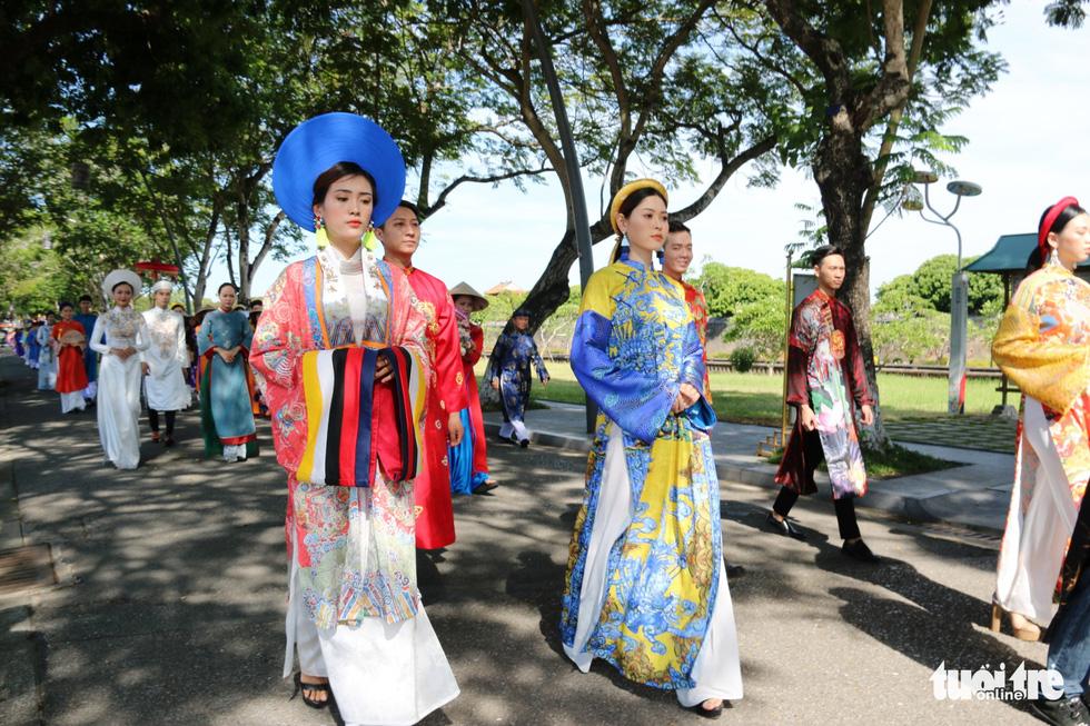 Áo dài diễu phố tri ân chúa Nguyễn Phúc Khoát - Ảnh 5.