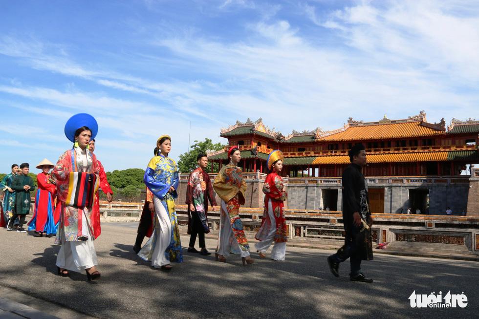 Áo dài diễu phố tri ân chúa Nguyễn Phúc Khoát - Ảnh 3.