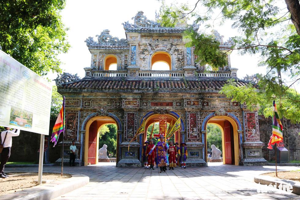 Áo dài diễu phố tri ân chúa Nguyễn Phúc Khoát - Ảnh 7.