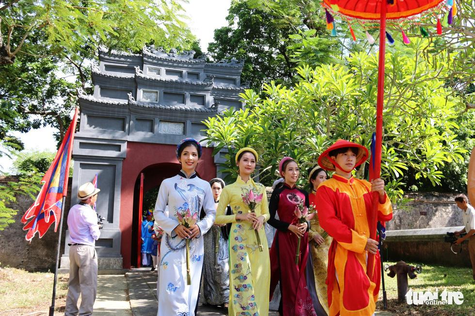 Áo dài diễu phố tri ân chúa Nguyễn Phúc Khoát - Ảnh 8.