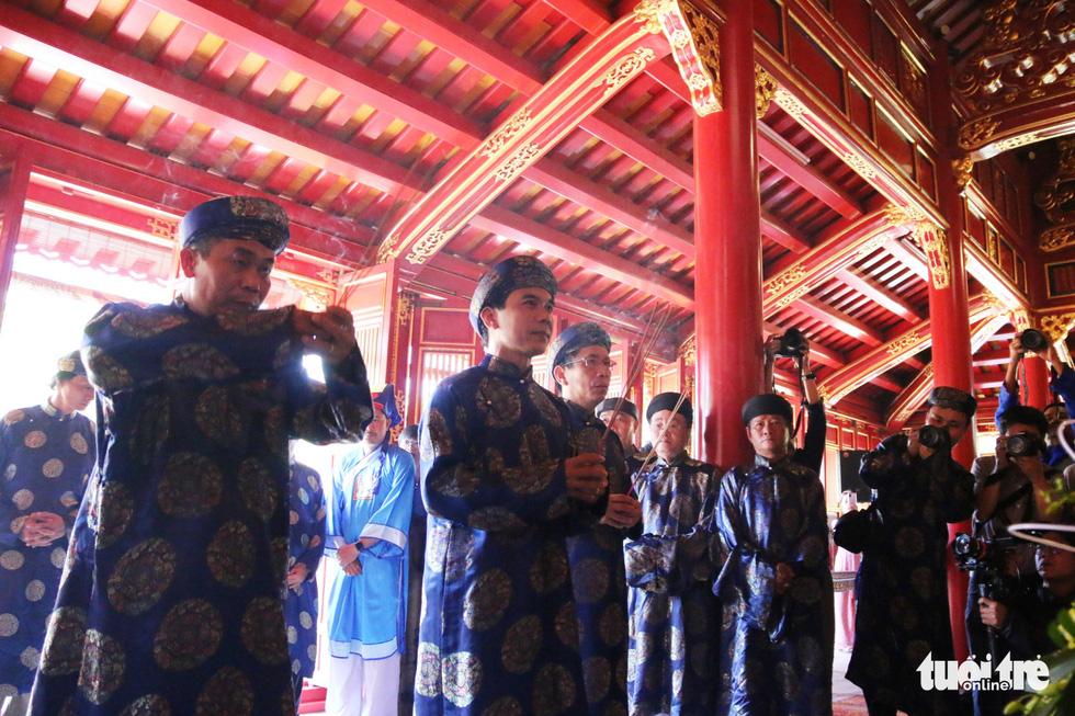 Áo dài diễu phố tri ân chúa Nguyễn Phúc Khoát - Ảnh 9.