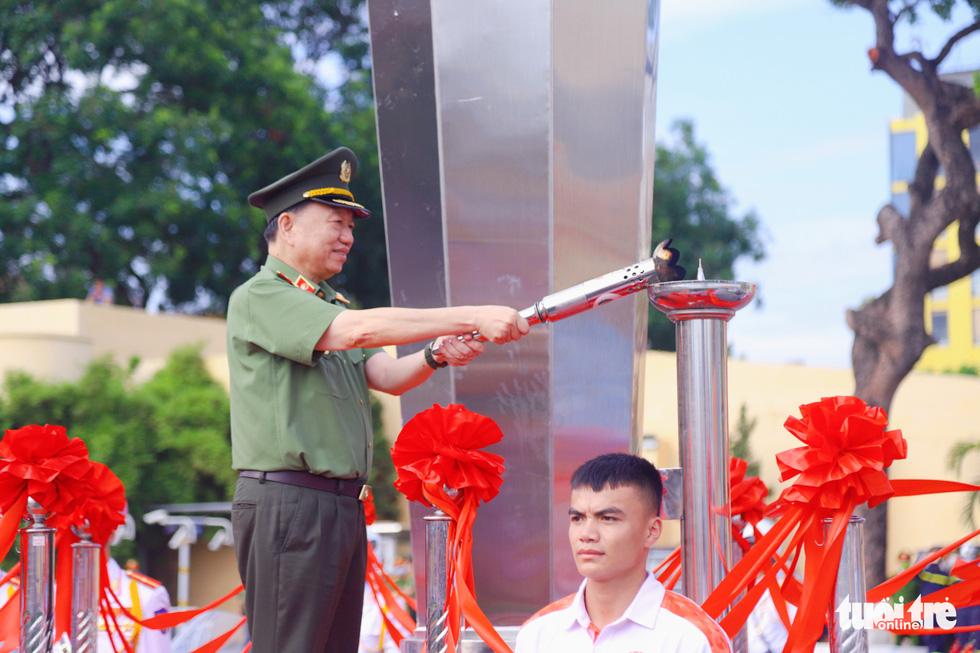 Ngỡ ngàng cảnh chiến sĩ cơ động quấn thanh sắt phi 12 quanh cổ - Ảnh 1.
