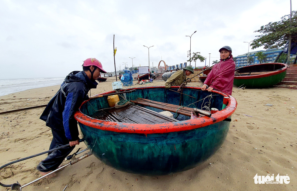 Ngư dân hối hả đưa hải sản vào bờ tránh bão số 2 - Ảnh 3.