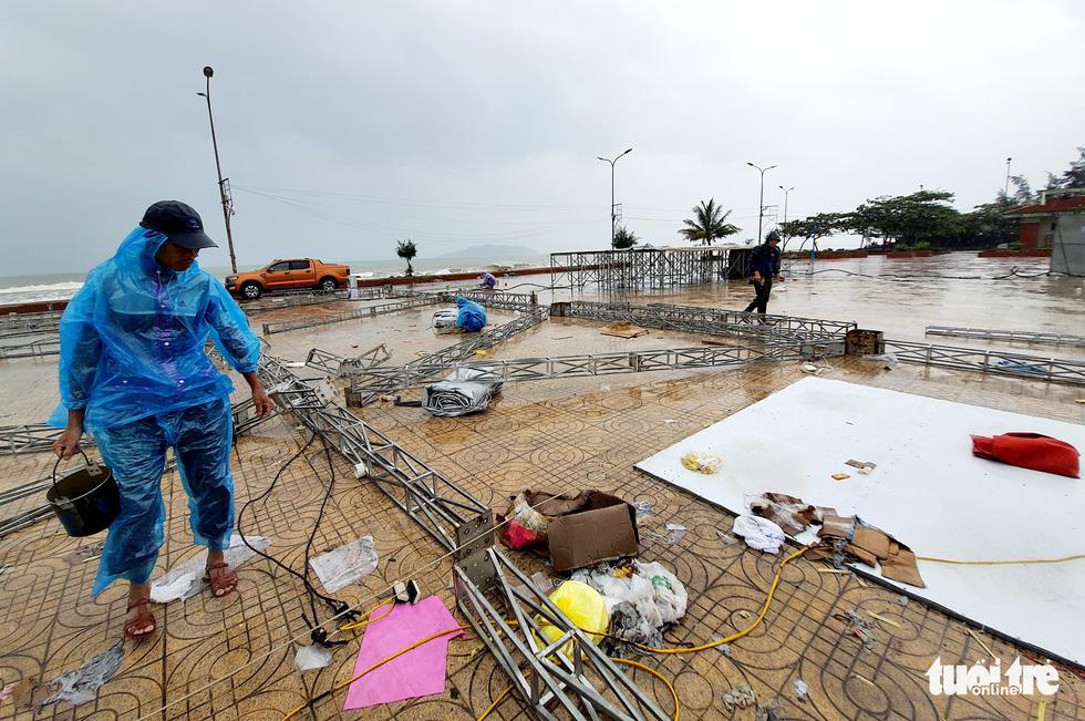 Ngư dân hối hả đưa hải sản vào bờ tránh bão số 2 - Ảnh 11.