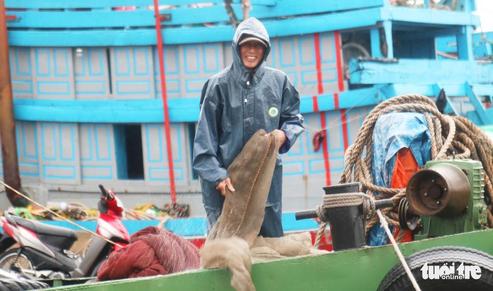 Ngư dân hối hả đưa hải sản vào bờ tránh bão số 2 - Ảnh 10.