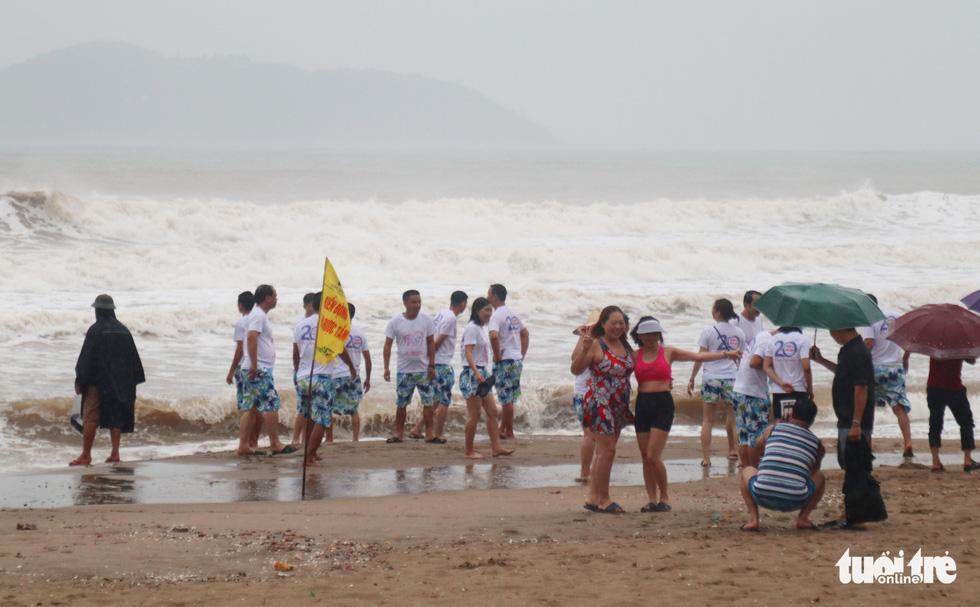 Ngư dân hối hả đưa hải sản vào bờ tránh bão số 2 - Ảnh 12.
