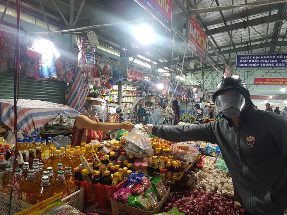 Đi chợ tem phiếu sáng nay ở Đà Nẵng - Ảnh 8.