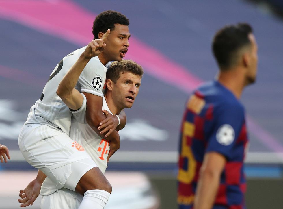 Messi lại vuốt mặt và những khoảnh khắc ấn tượng trận Bayern vùi dập Barca - Ảnh 1.