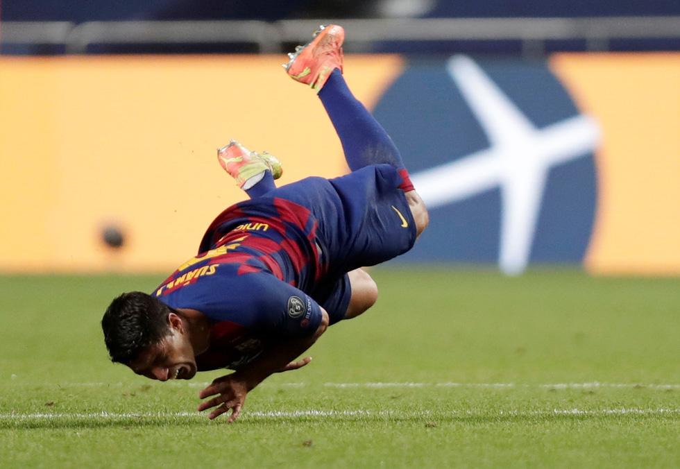Messi lại vuốt mặt và những khoảnh khắc ấn tượng trận Bayern vùi dập Barca - Ảnh 23.