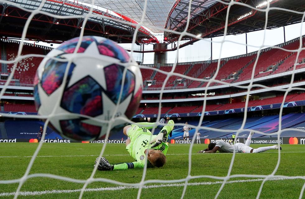 Messi lại vuốt mặt và những khoảnh khắc ấn tượng trận Bayern vùi dập Barca - Ảnh 2.