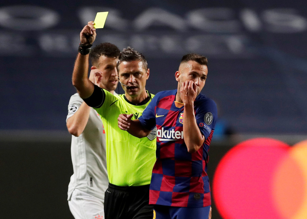 Messi lại vuốt mặt và những khoảnh khắc ấn tượng trận Bayern vùi dập Barca - Ảnh 22.