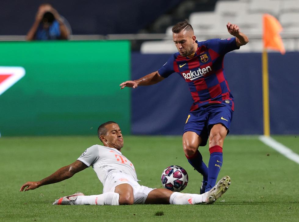 Messi lại vuốt mặt và những khoảnh khắc ấn tượng trận Bayern vùi dập Barca - Ảnh 12.