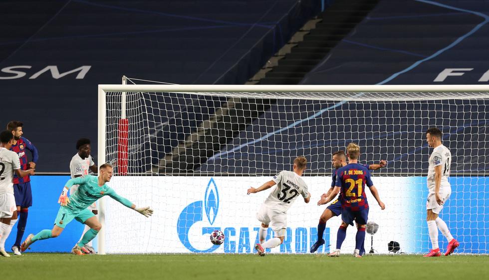 Messi lại vuốt mặt và những khoảnh khắc ấn tượng trận Bayern vùi dập Barca - Ảnh 10.