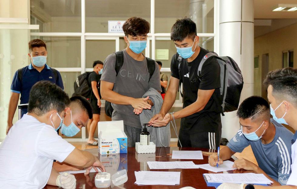 U22 Việt Nam chính thức tập trung, nín thở chờ kết quả xét nghiệm COVID-19 - Ảnh 1.