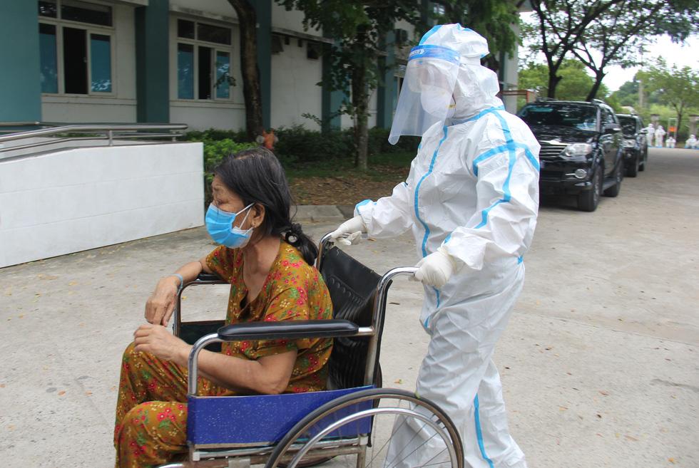 Bệnh viện dã chiến Hòa Vang cho xuất viện cùng lúc 23 ca bệnh COVID-19 - Ảnh 2.