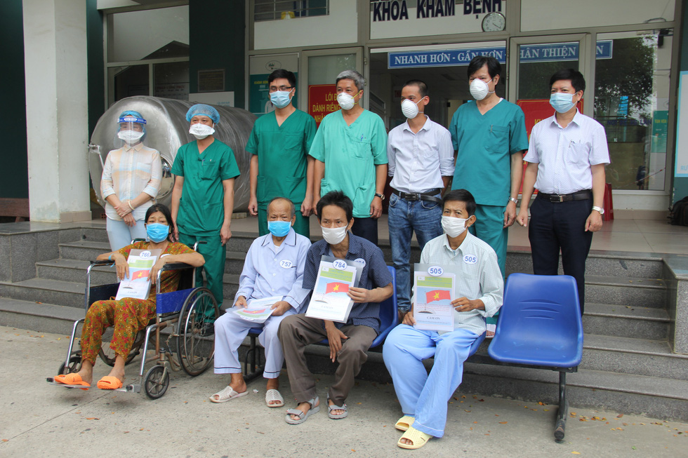 Bệnh viện dã chiến Hòa Vang cho xuất viện cùng lúc 23 ca bệnh COVID-19 - Ảnh 3.