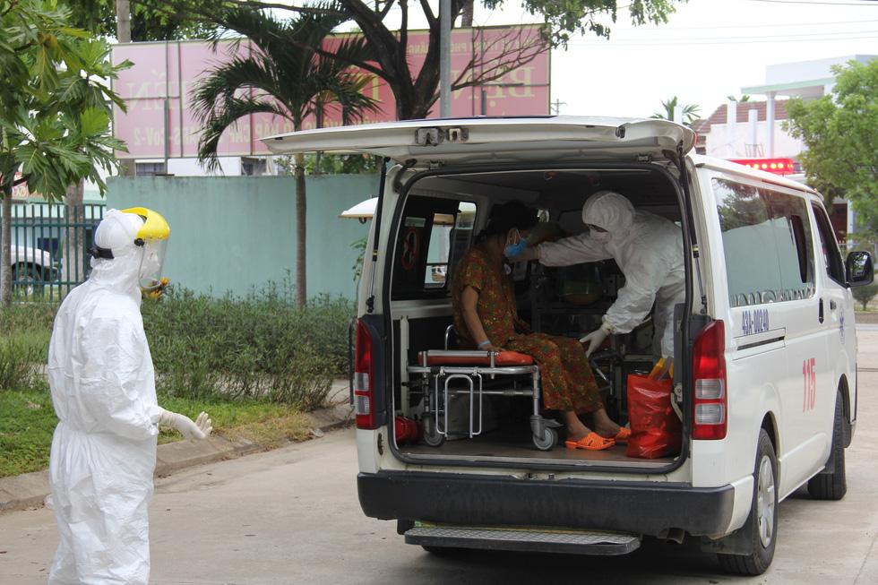 Bệnh viện dã chiến Hòa Vang cho xuất viện cùng lúc 23 ca bệnh COVID-19 - Ảnh 4.