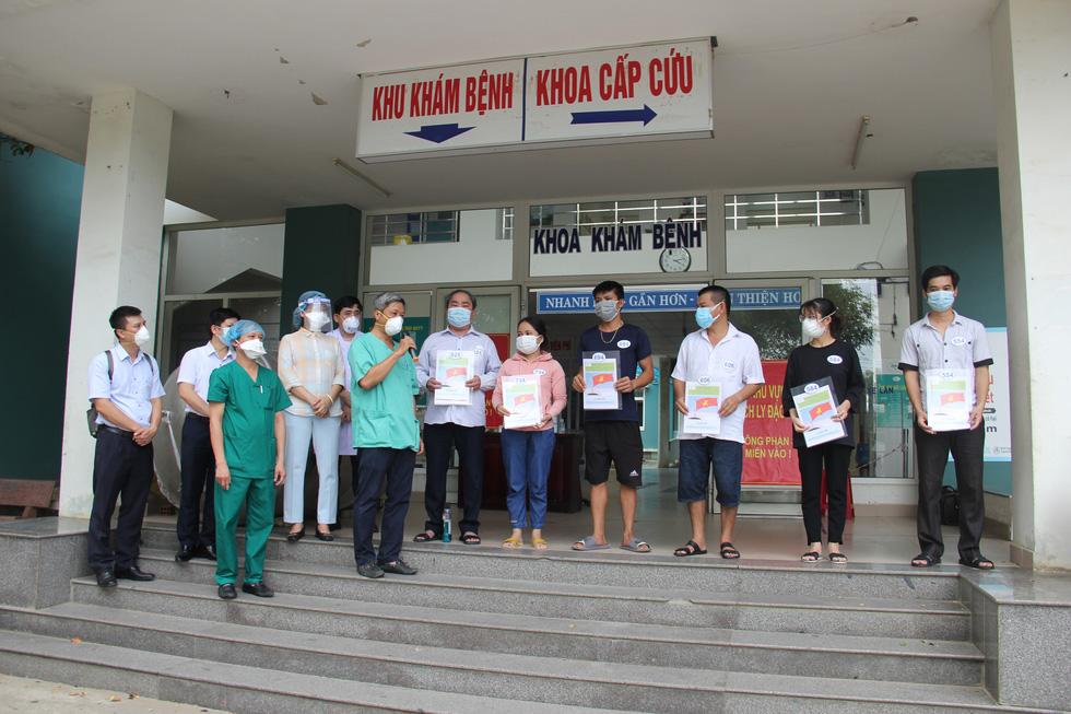 Bệnh viện dã chiến Hòa Vang cho xuất viện cùng lúc 23 ca bệnh COVID-19 - Ảnh 5.