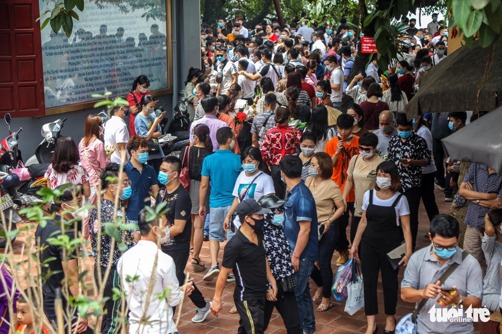 Đóng cửa phủ Tây Hồ do hàng ngàn người chen chân đi lễ giữa dịch - Ảnh 4.