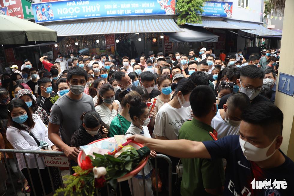 Đóng cửa phủ Tây Hồ do hàng ngàn người chen chân đi lễ giữa dịch - Ảnh 1.