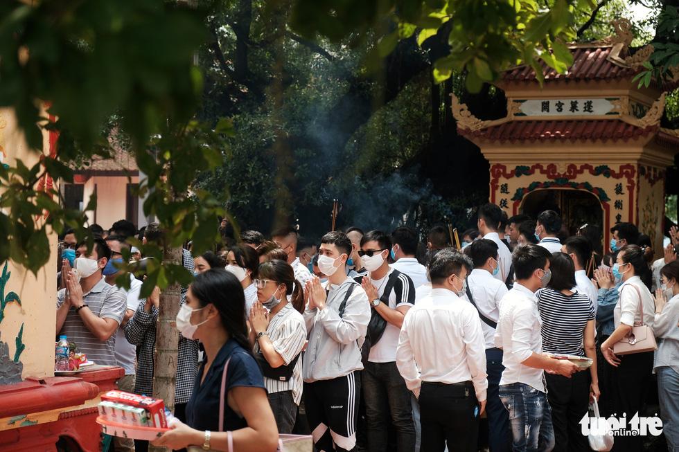 Đóng cửa phủ Tây Hồ do hàng ngàn người chen chân đi lễ giữa dịch - Ảnh 5.