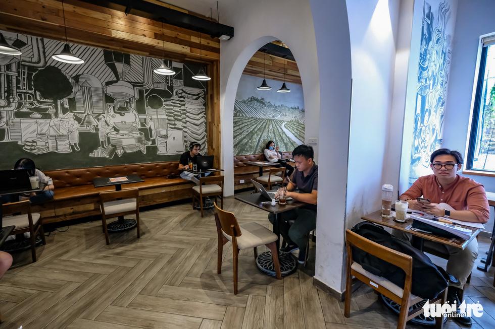 Quán bia, cà phê ở Hà Nội kê lại bàn ghế, ngồi cách nhau cả mét - Ảnh 5.