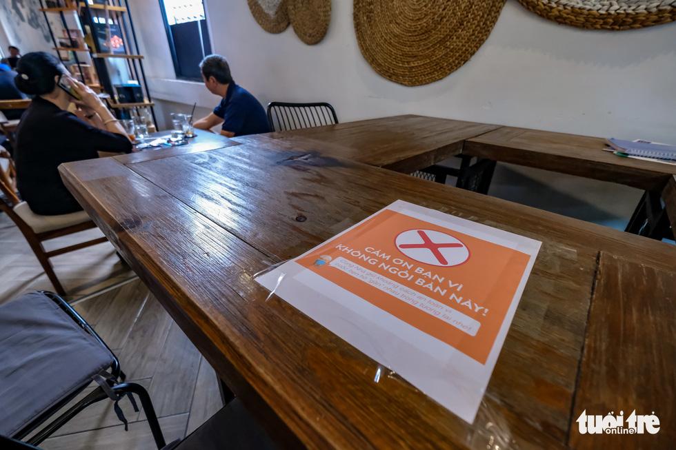 Quán bia, cà phê ở Hà Nội kê lại bàn ghế, ngồi cách nhau cả mét - Ảnh 4.