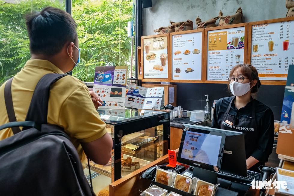 Quán bia, cà phê ở Hà Nội kê lại bàn ghế, ngồi cách nhau cả mét - Ảnh 3.
