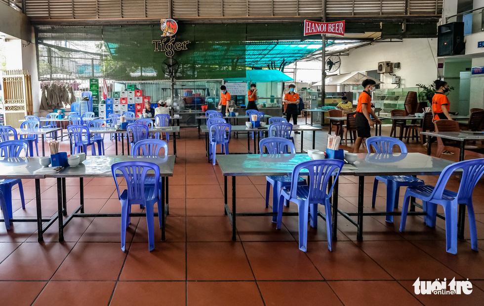 Quán bia, cà phê ở Hà Nội kê lại bàn ghế, ngồi cách nhau cả mét - Ảnh 6.