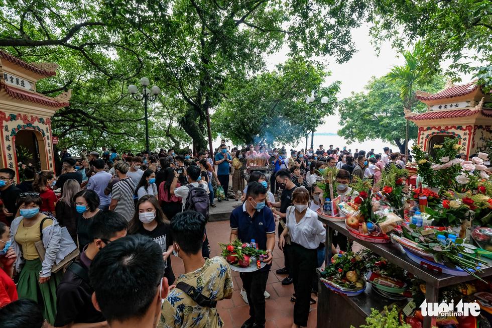 Đóng cửa phủ Tây Hồ do hàng ngàn người chen chân đi lễ giữa dịch - Ảnh 9.