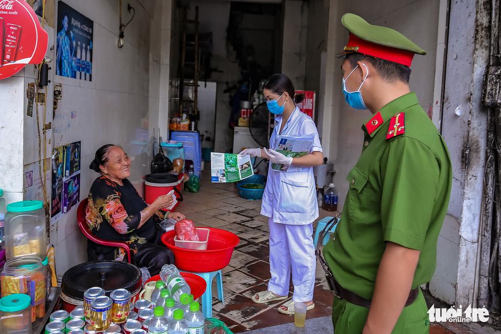 Quán bia, cà phê ở Hà Nội kê lại bàn ghế, ngồi cách nhau cả mét - Ảnh 8.