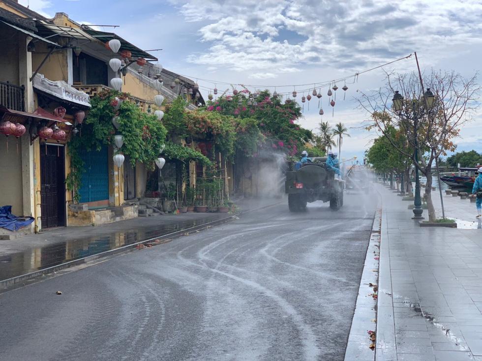 Bộ đội hóa học bắt đầu phun thuốc khử trùng tại phố cổ Hội An - Ảnh 2.