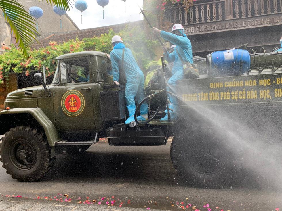 Bộ đội hóa học bắt đầu phun thuốc khử trùng tại phố cổ Hội An - Ảnh 4.