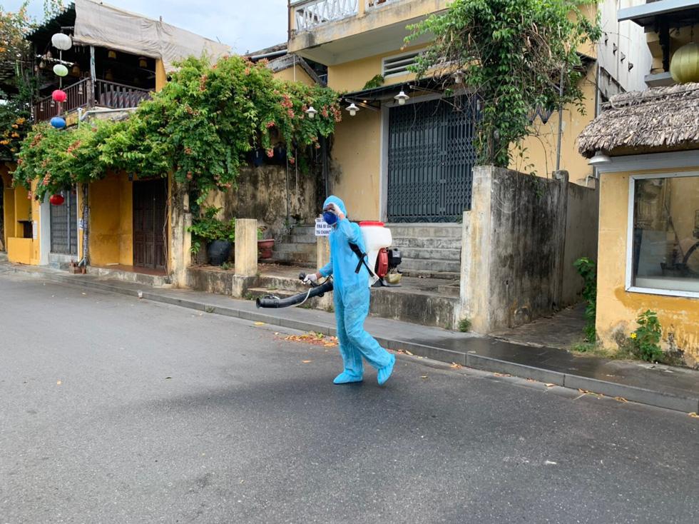 Bộ đội hóa học bắt đầu phun thuốc khử trùng tại phố cổ Hội An - Ảnh 8.