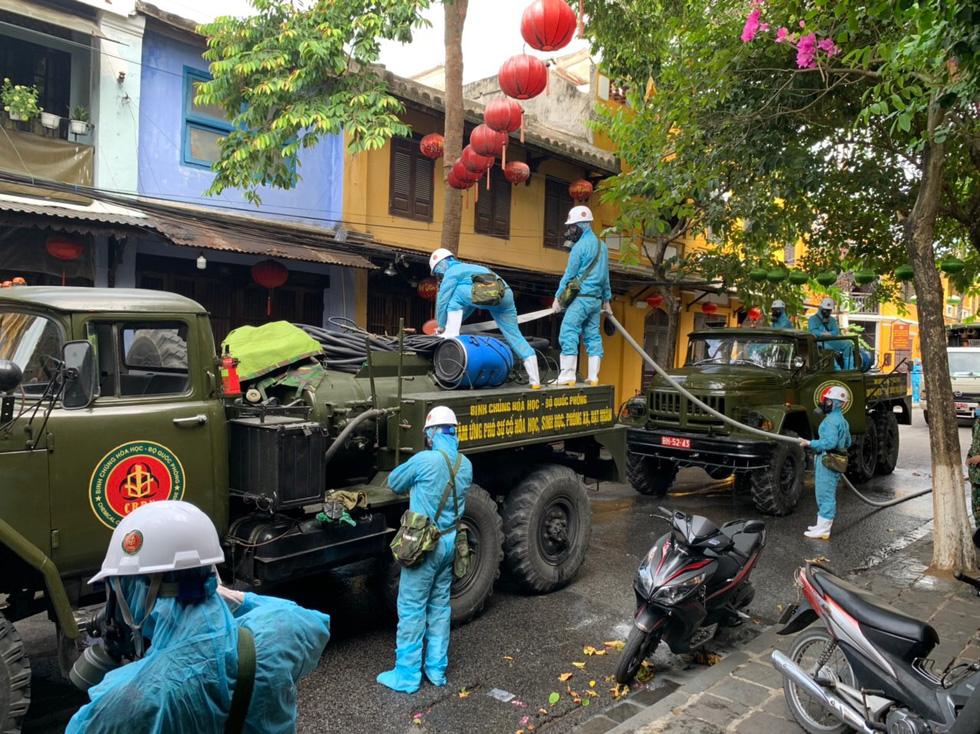 Bộ đội hóa học bắt đầu phun thuốc khử trùng tại phố cổ Hội An - Ảnh 12.