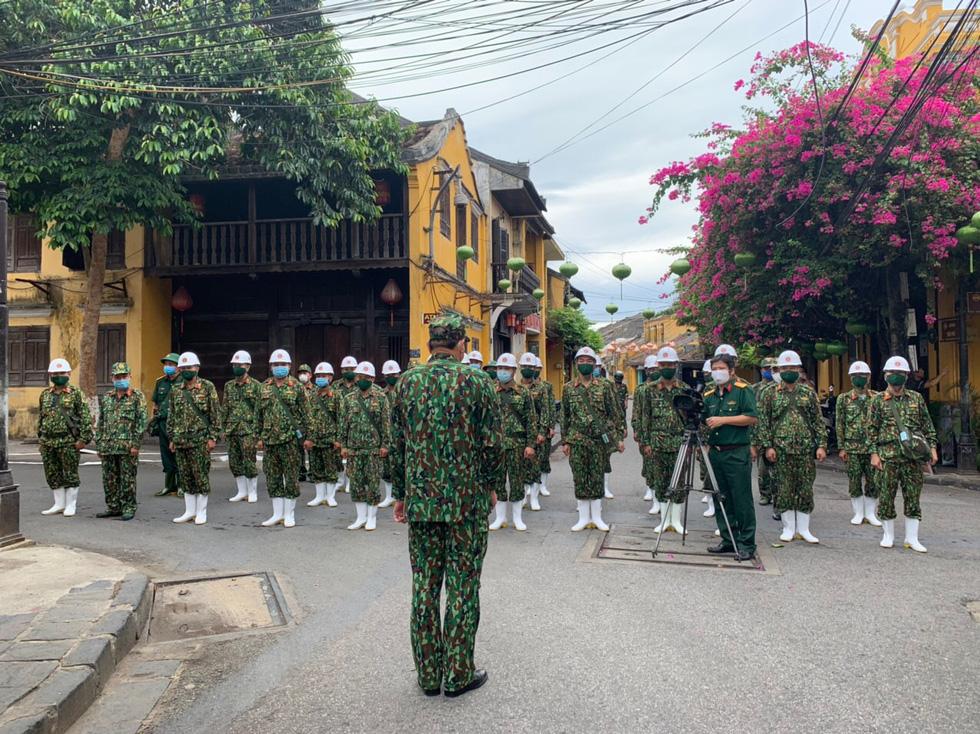 Bộ đội hóa học bắt đầu phun thuốc khử trùng tại phố cổ Hội An - Ảnh 13.