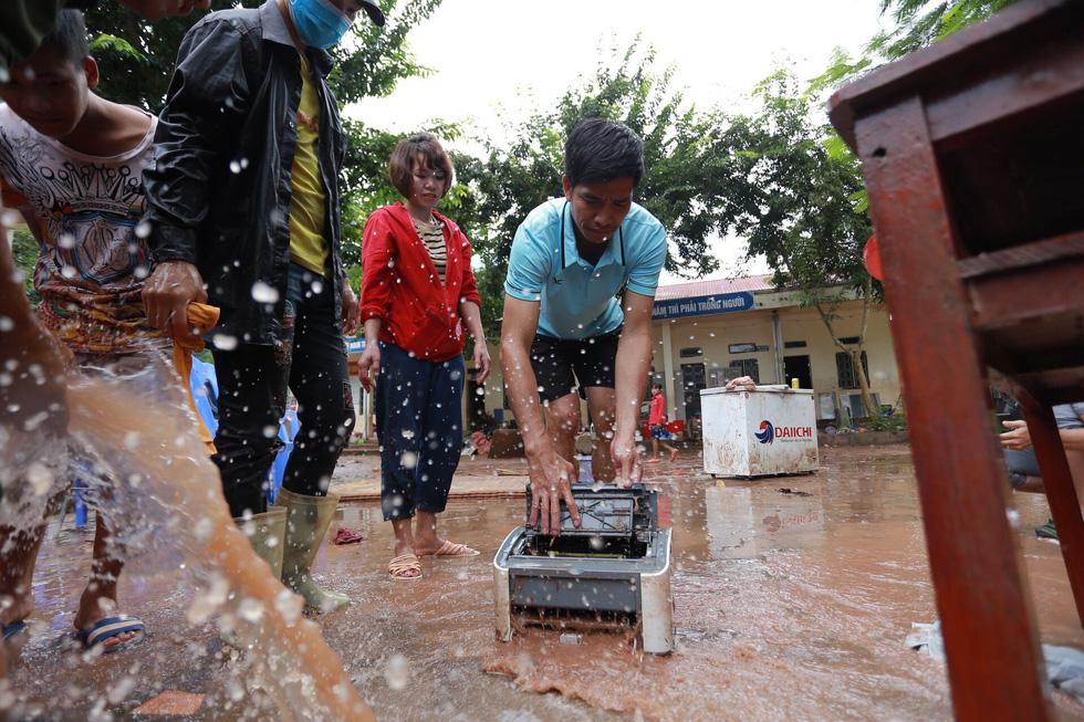 Bản Mông nghèo gom tiền, gạo, thóc cho giáo viên vùng lũ Điện Biên - Ảnh 6.