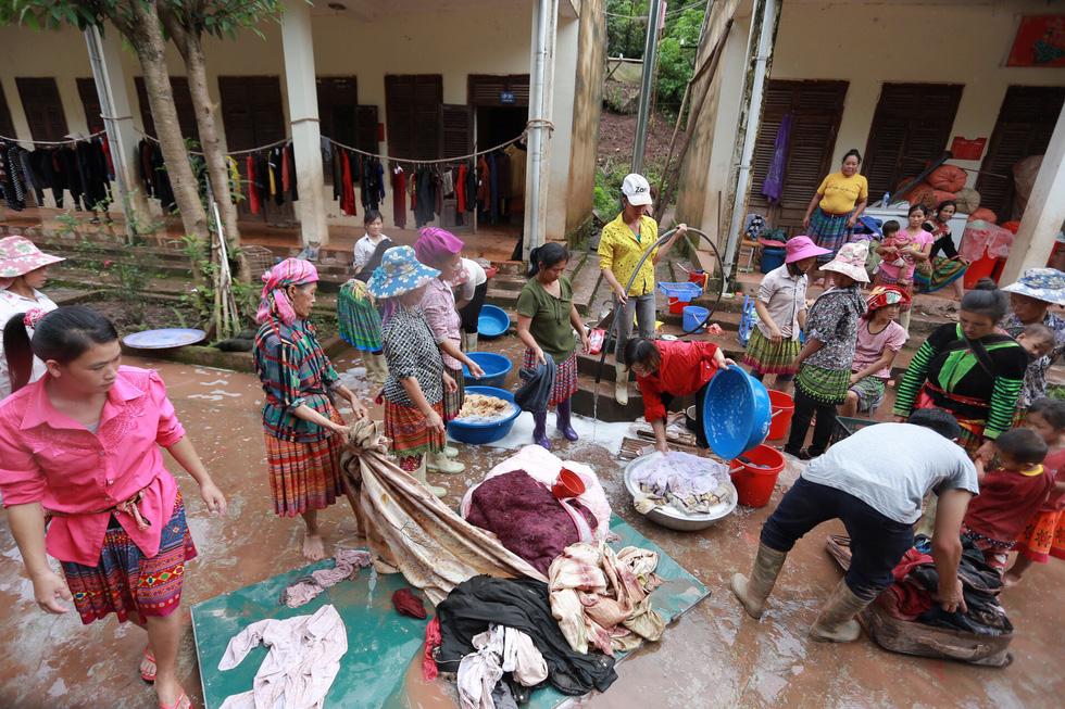 Bản Mông nghèo gom tiền, gạo, thóc cho giáo viên vùng lũ Điện Biên - Ảnh 2.
