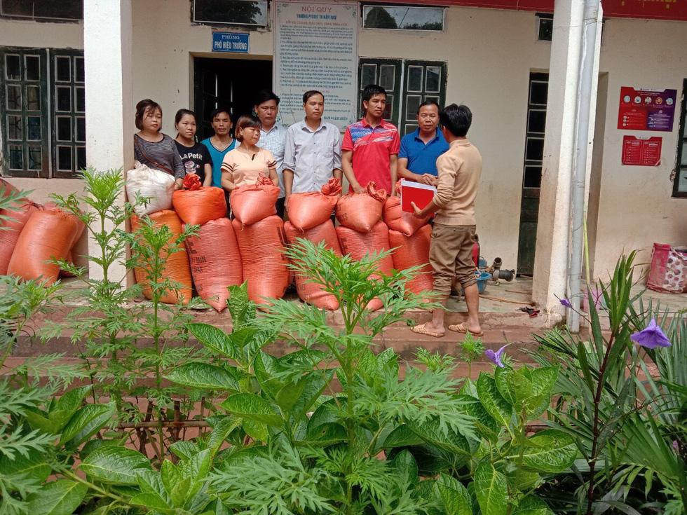 Bản Mông nghèo gom tiền, gạo, thóc cho giáo viên vùng lũ Điện Biên - Ảnh 1.