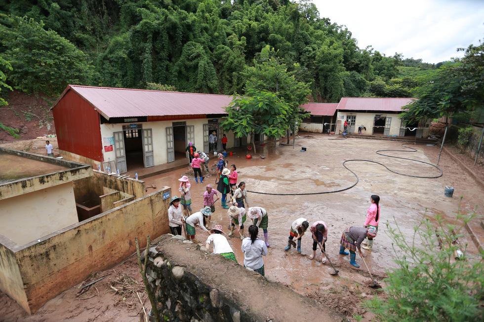 Bản Mông nghèo gom tiền, gạo, thóc cho giáo viên vùng lũ Điện Biên - Ảnh 3.