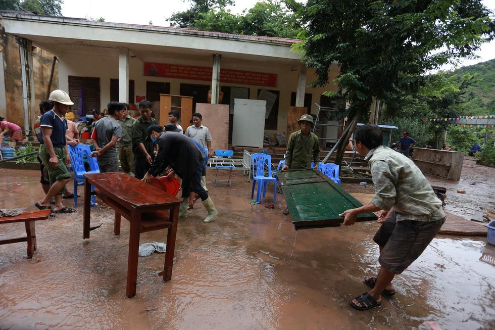 Bản Mông nghèo gom tiền, gạo, thóc cho giáo viên vùng lũ Điện Biên - Ảnh 5.