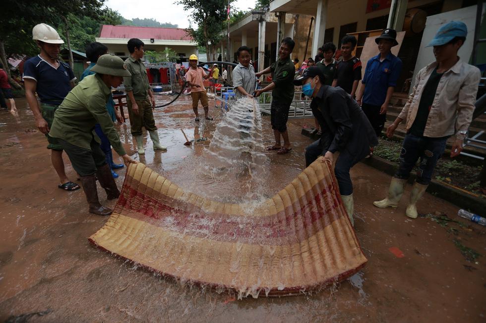 Bản Mông nghèo gom tiền, gạo, thóc cho giáo viên vùng lũ Điện Biên - Ảnh 8.