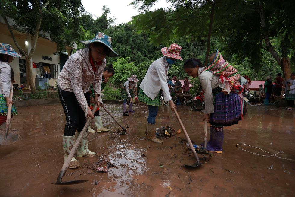 Bản Mông nghèo gom tiền, gạo, thóc cho giáo viên vùng lũ Điện Biên - Ảnh 4.