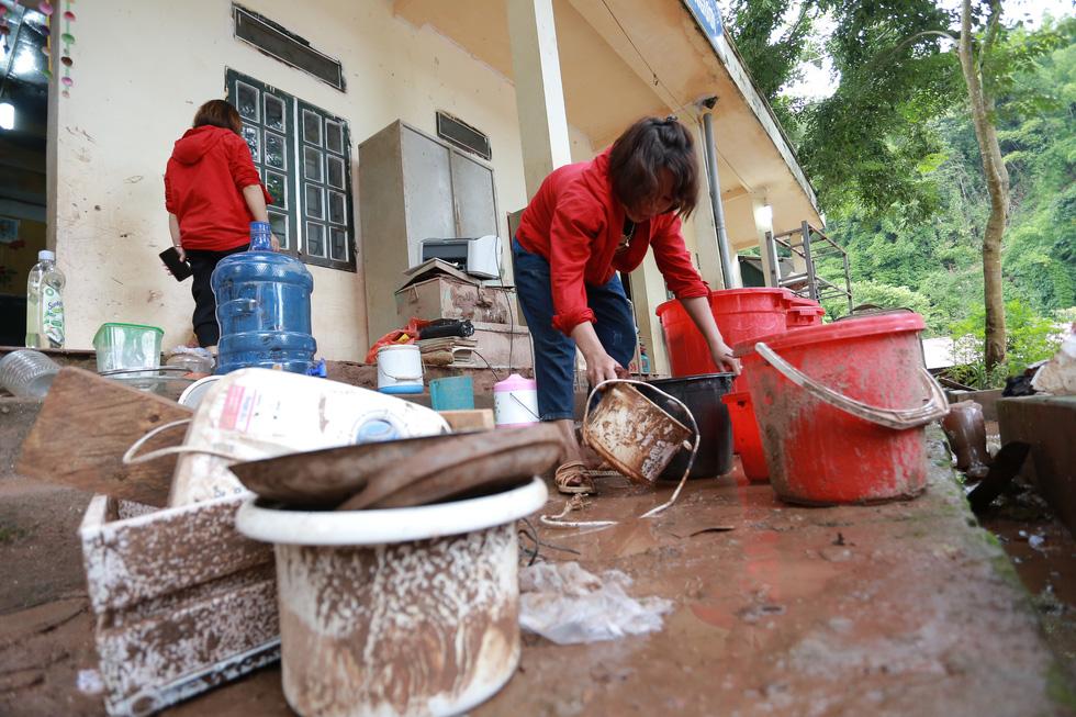Bản Mông nghèo gom tiền, gạo, thóc cho giáo viên vùng lũ Điện Biên - Ảnh 7.