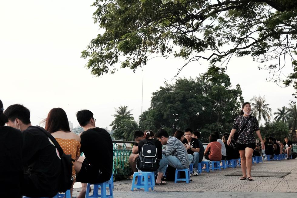 Phố đi bộ tạm dừng, người dân dồn ra Hồ Tây ngày cuối tuần mặc kệ COVID-19 - Ảnh 3.