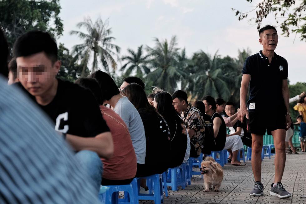 Phố đi bộ tạm dừng, người dân dồn ra Hồ Tây ngày cuối tuần mặc kệ COVID-19 - Ảnh 1.