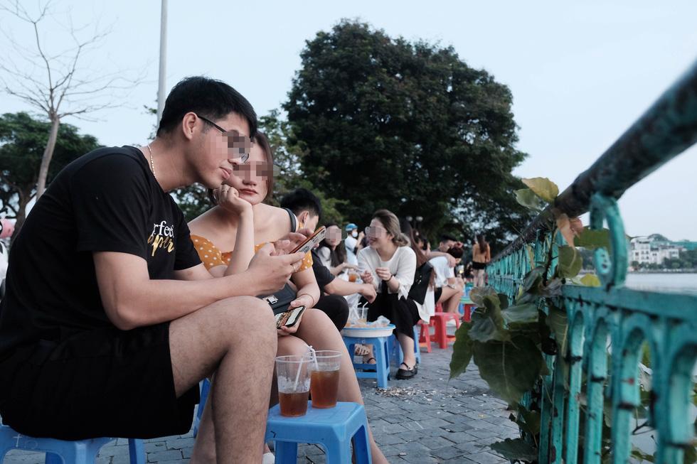 Phố đi bộ tạm dừng, người dân dồn ra Hồ Tây ngày cuối tuần mặc kệ COVID-19 - Ảnh 5.