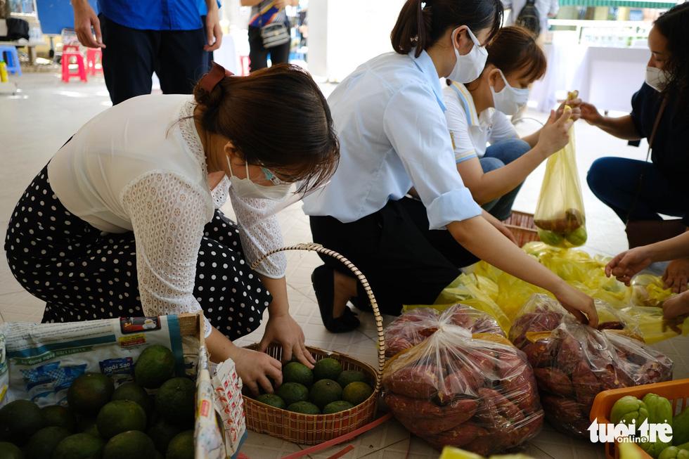 Người nghèo đi chợ miễn phí ở Đà Nẵng, còn được phát khẩu trang - Ảnh 2.